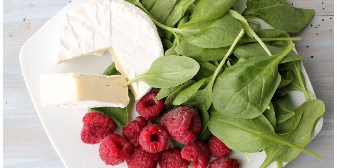 Przepis na pyszną, zdrową sałatkę ze szpinakiem i  malinami.